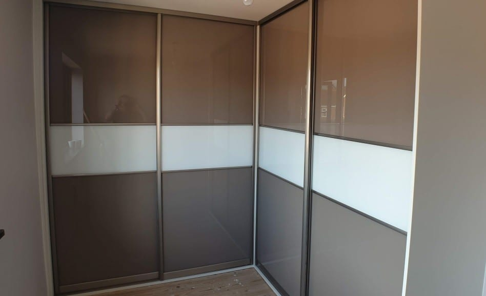 Sliding door corner wardrobe